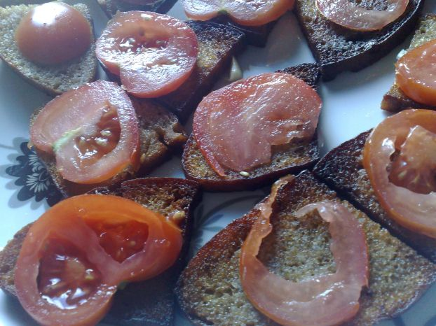 Жареный хлебушек с помидорами